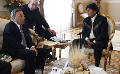 INCB prsident Hamid Ghodse and Bolivia's prsident Evo Morales discuss coca chewing
